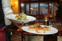 kelner niosący talerze z potrawami, restauracja